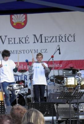 Žáci ZUŠ Alfréda Radoka na koncertu TŘÍ MEZIŘÍČÍ