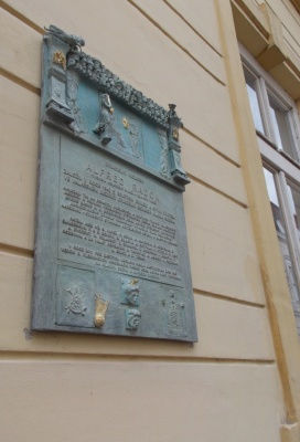 Meziříčskou ZUŠku zdobí nová pamětní deska od Ivana Theimera